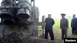 2019年9月10日朝鲜领导人金正恩参加朝鲜超大型多管火箭发射器的测试
