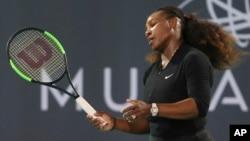 Serena Williams lors d'un match d'exhibition contre Jelena Ostapenko au Championnat du monde de tennis à Mubadala, Abu Dhabi, Émirats arabes unis, 30 décembre 2017.