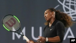 Serena Williams, dalam laga ekshibisi melawan Jelena Ostapenko dari Latvia, di final Kejuaraan Tenis Dunia Mubadala di Abu Dhabi, Uni Emirat Arab, 30 Desember 2017.