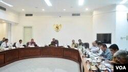 Presiden Joko Widodo memimpin rapat terbatas bidang penetapan harga BBM di kantor Presiden Jakarta, 30 Maret 2016.(Foto: Kris Biro Pers Kepresidenan)