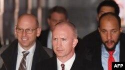 Ông Jeffrey Gerrish (giữa) dẫn đầu phái đoàn đàm phán thương mại của Mỹ ở Bắc Kinh