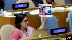 اقوامِ متحدہ میں بھارتی مشن کی فرسٹ سیکریٹری پلومی تری پاتھی جنرل اسمبلی سے خطاب کے دوران پاکستانی مندوب ملیحہ لودھی کی وہ تصویر لہرا رہی ہیں جس میں انہوں نے ایک فلسطینی لڑکی کی تصویر اٹھا رکھی ہے جسے انہوں نے کشمیری بتایا تھا۔