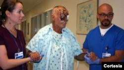 Ronald Poppo perdió un ojo, tiene severamente dañado el otro y la parte superior del rostro totalmente lesionada.