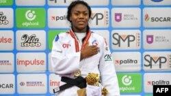 Clarisse Agbegnenou lors de la cérémonie du podium pour les femmes de moins de 63 kg des championnats du monde de judo 2018 à Bakou le 23 septembre 2018.