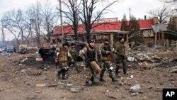 Separatis pro-Rusia berjalan di Debaltseve, Ukraina timur yang kini mereka kuasai (19/2).
