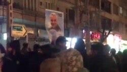 Manifestante tira al piso una pancarta de Soleimani