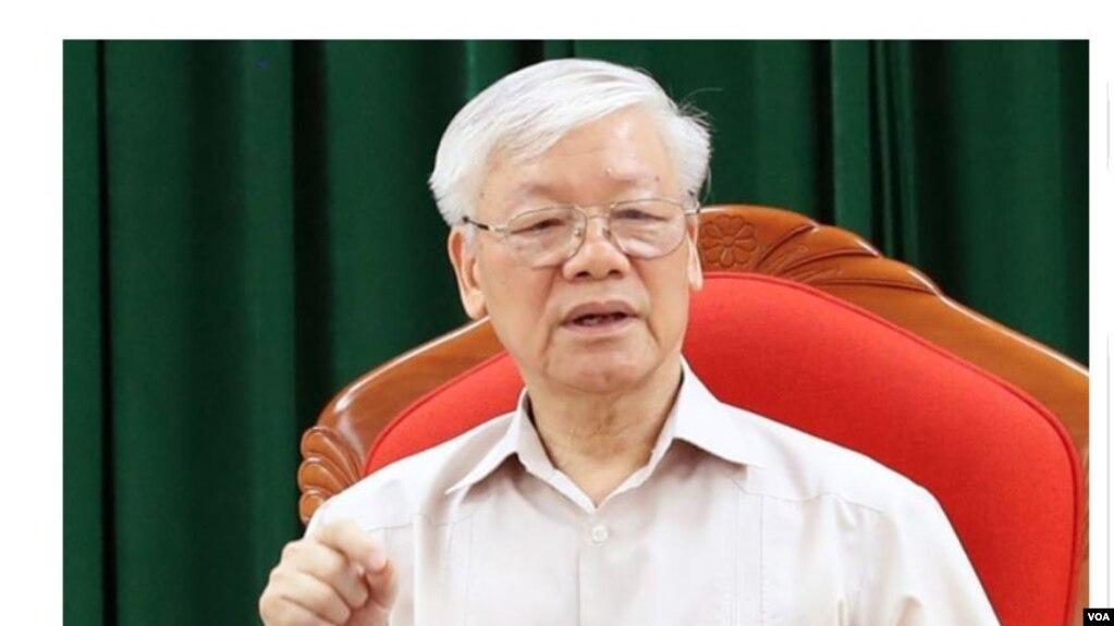 Ông Nguyễn Phú Trọng trong lần xuất hiện đầu tiên hôm 14/5 sau một thời gian vắng bóng giữa tin đồn sức khỏe. Vị tổng bí thư kiêm chủ tịch nước vừa thay mặt Bộ Chính trị ký ban hành quyết định kiểm soát quyền lực. (Ảnh chụp màn hình VnExpress)