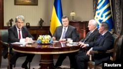 Ukrajinski predsednik Viktor Janukovič sa tri bivša predsednika