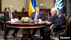 Ukraine's President Viktor Yanukovich (2nd L) sits with three previous presidents, Viktor Yushchenko (L), Leonid Kravchuk (2nd R) and Leonid Kuchma (R) during their meeting in Kyiv Dec 10, 2013.