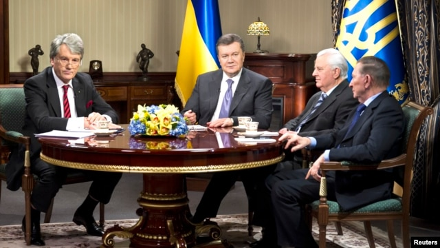 Ukraine's President Viktor Yanukovich (2nd L) sits with three previous presidents, Viktor Yushchenko (L), Leonid Kravchuk (2nd R) and Leonid Kuchma (R) during their meeting in Kyiv Dec 10, 2013.