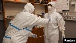 Medicinsko osoblje tokom pandemije koronavirusa, u Kliničkom centru Vojvodine, Novi Sad, Srbija, 2. aprila 2020. (Foto: Rojters, Feđa Grulović)