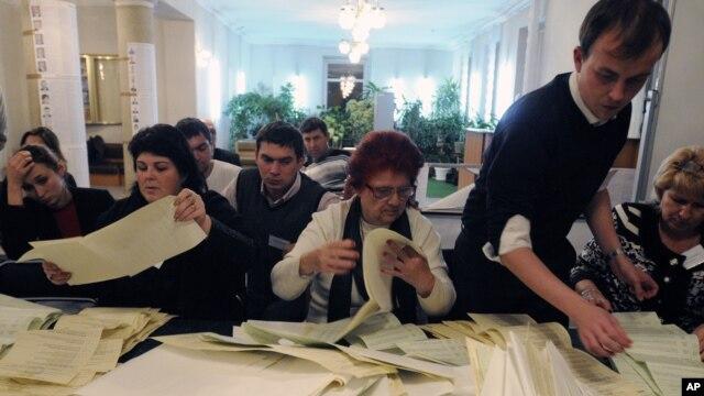 Подсчет голосов на одном из избирательных участков. Киев, Украина. 28 октября 2012 года
