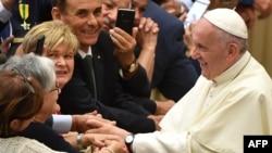 Le Pape François, à droite, salue les fidèles lors de son audience des participants au Congrès National de la Fédération Italienne des Maîtres du Travail, à Aula Paolo VI au Vatican, le 15 juin 2018.