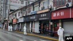 上海警察因新冠疫情封锁了黄埔区的一个住宅区。(2021年1月21日)