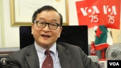 Sam Rainsy, the acting leader of Cambodia National Rescue Party, visited VOA headquarters in Washington DC, December 6, 2018. (Say Mony/VOA Khmer)