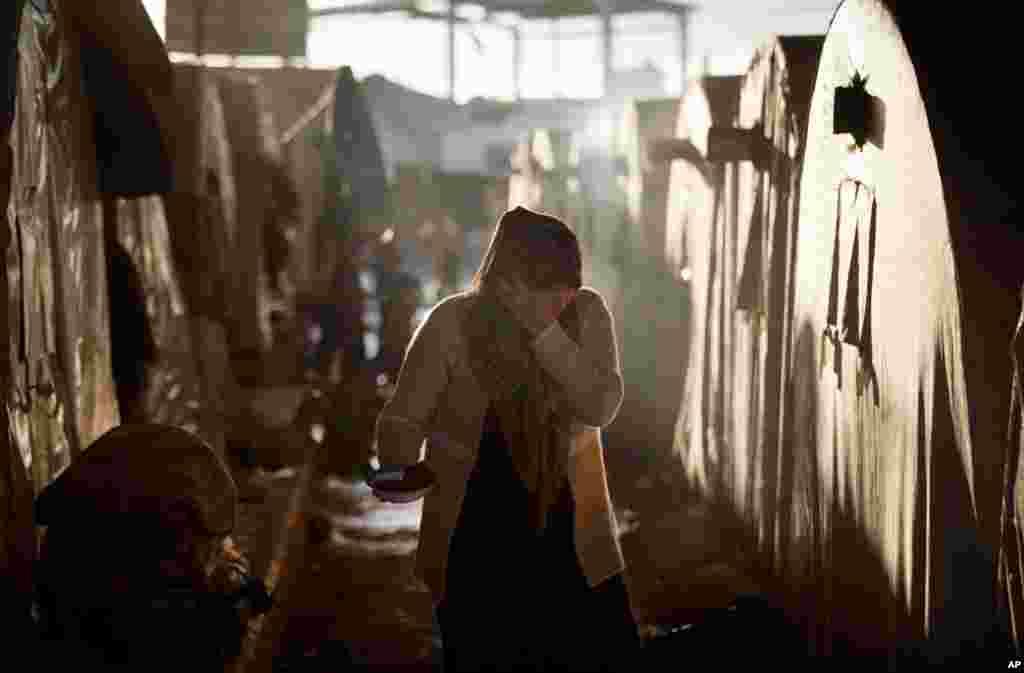 17일 시리아 아자즈 인근 난민캔프에서 생활하는 여성.