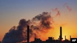 资料照:早晨阳光映衬下的怀俄明州格伦洛克 戴维·约翰逊(Dave Johnson)燃煤电厂。300多家企业和投资者呼吁拜登政府制定雄心勃勃的气候变化应对计划。