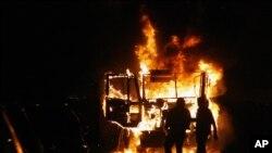 Xe cảnh sát bị đốt cháy trong cuộc biểu tình ở Quảng trường Tahrir, 23/11/2012