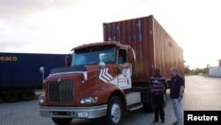 Một xe tải chở hàng viện trợ tới cảng ở Willemstad, trên đảo Curacao, ngày 23/2/2019.