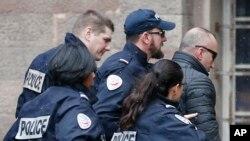 2017年1月5日,前科索沃总理哈拉迪纳伊在法国警方簇拥下进入克洛马尔一家法院。他在法国的一个机场被逮捕后,可能面临被引渡到塞尔维亚接受战争罪指控的审判。