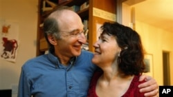 Nobel Prize for physics winner Saul Perlmutter with his wife, Laura Nelson, at his home in Berkeley, Calif., Oct. 4, 2011
