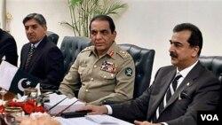 PM Pakistan Yousuf Raza Gilani (kanan) bersama panglima militer Jenderal Ashfaq Parvez Kayani dan kepala ISI Letjen Ahmed Shuja Pasha (kiri) dalam pertemuan di Islamabad (23/12).