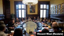 No está claro aún si Puigdemont hará una declaración unilateral de independencia, algo que, dada la oposición del gobierno de Madrid y de los líderes europeos, tendría un valor meramente simbólico.