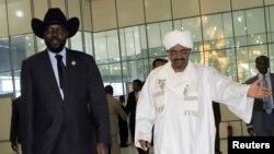 Rais Omar al-Bashir wa Sudan akimkaribisha mwenzake wa Sudan Kusini Salva Kiir kwenye uwanja wa ndege wa Khartoum October 8,2011.