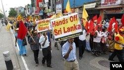 Warga Sri Lanka di Kolombo melakukan protes atas tuduhan PBB soal pelanggaran HAM semasa perang saudara dengan pemberontak Tamil.