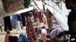 Des réfugiés du Soudan du Sud s'installant dans un camp en Ouganda