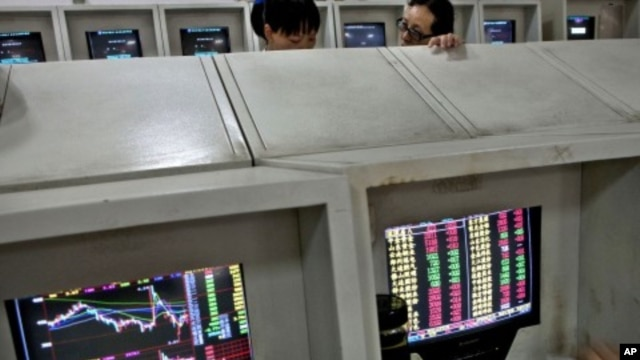 Chinese investors chat over stock prices at a securities house in Beijing, August 11, 2011