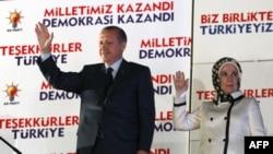 """Başbakan Erdoğan genel seçim sonuçlarını değerlendiridiği """"Balkon"""" konuşmasına eşinin elini tutarak geldi. Erdoğan, """"Biz vurmaya değil sevmeye geldik.22 Temmuz'da 16 milyon kişinin oyunu alırken bugün 21 milyon seçmenin oyunu almanın bahtiyarlığı içindeyi"""