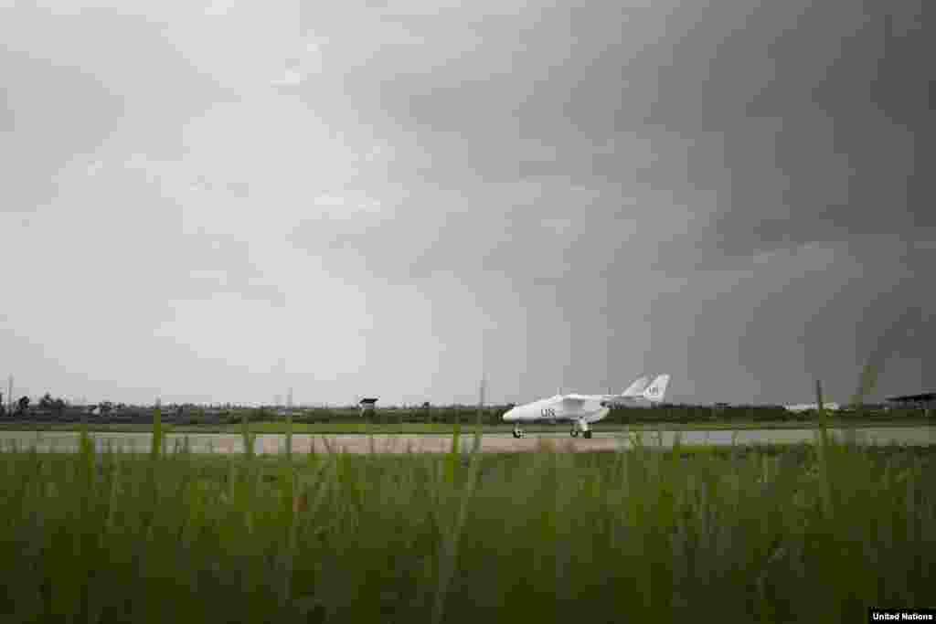 O drone MONUSCO (Missão de Estabilização da Organização das Nações Unidas) na pista do aeroporto durante a cerimónia oficial de lançamento, Dez. 3, 2013.