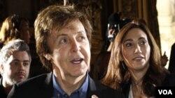 Nancy Shevell (der.) se casó con Paul McCartney en la misma oficina civil en Londres donde el artista contrajo matrimonio por primera vez hace 42 años.