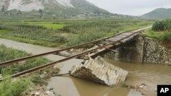 지난 2012년 7월 북한 온천군에서 폭우로 다리가 유실됐다. (자료사진)