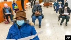 Amerikanci koji su primili prvu dozu vakcine protiv Kovida u episkopalnoj crkvi Svetog Luke u Bronksu, 26. januara 2021. (Foto: AP)