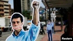 Una gran cantidad esculturas en cartón, con la figura de Lepoldo López, fueron ubicadas en distintas zonas de Caracas, como demostración de apoyo al líder político.