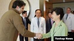 南韓總統朴槿惠(右)到醫院看望美國駐韓大使李柏特。