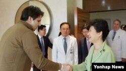 박근혜 한국 대통령이 9일 서울 세브란스병원에서 리퍼트 주한 미국대사의 병실을 방문해 위로하고 있다.
