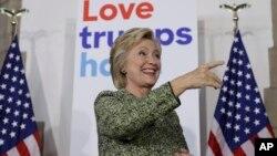 힐러리 클린턴 미 민주당 대선후보가 19일 필라델피아 템플대에서 열린 선거유세에서 환한 표정을 짓고 있다.