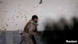 Um agente da polícia no local da explosão.