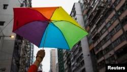 Người đồng tính mang dù tuần hành ở Hồng Kông vào ngày 8/11/2014. Một số nhà bình luận đề nghị không nên cấm cuốn sách của cô Lưu vì nội dung khiêu dâm đồng tính.