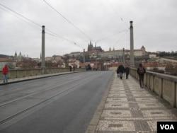从布拉格老城附近的桥上能看到远处的总统府建筑(美国之音白桦)