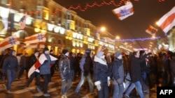 Hàng ngàn người ủng hộ cho phe đối lập biểu tình ở thủ đô Minsk để phản đối kết quả cuộc bầu cử