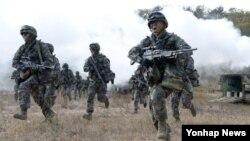 서북도서 방어훈련에 참가중인 해병대 장병들이 지난 24일 한국형상륙돌격장갑차에서 내려 목표지점으로 이동하고 있다.