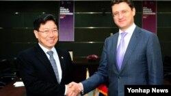 2013 대구세계에너지총회에 참석차 방한 중인 노박 알렉산더 러시아 에너지부장관(오른쪽)이 16일 윤상직 한국 산업통상자원부 장관과 만나 양국간 가스, 전력, 신재생에너지 분야의 협력에 관해 의견을 교환했다.