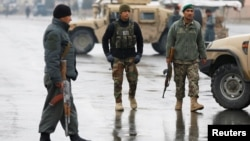 Soldados afganos vigilan cerca del sitio del ataque en la academia militar Marshal Fahim en Kabul, el 29 de enero