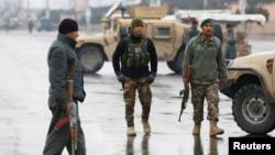 29일 아프가니스탄 수도 카불의 마셜파힘국방대학에서 테러가 발생한 후 군인들이 사건 현장을 순찰하고 있다.