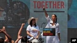 La actriz América Ferrera, a la izquierda, y la cantante Alicia Keys acuden a una protesta en contra de la política del gobierno del presidente Donald Trump sobre la separación de familias migrantes, frente a la Casa Blanca, el 30 de junio de 2018.
