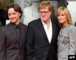 """Gollivud yulduzlari Jeyms Makavoy, Robert Redford va Robin Rayt """"Konspirator"""" premyerasida, Ford teatri, Vashington, 10 aprel 2011"""